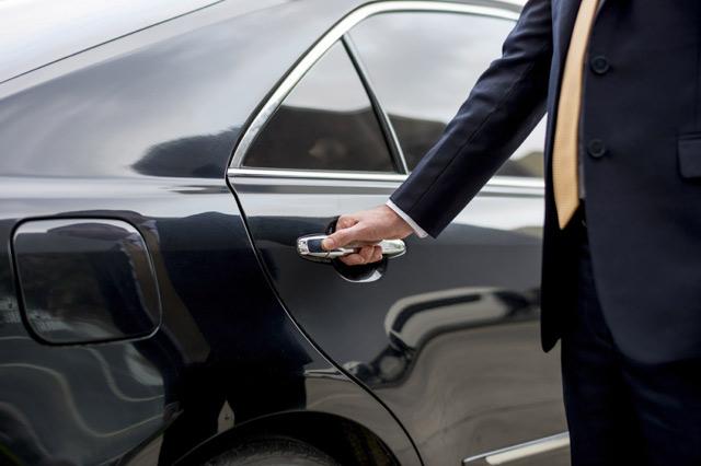 Chauffeur öffnet die Tür einer ProLimo-Limousine